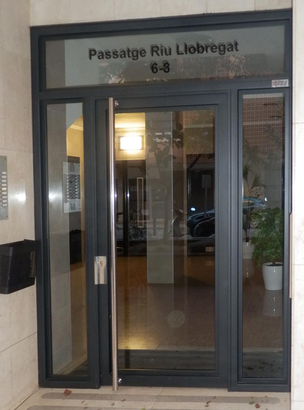 FACHADAS NOU MIL·LENI - REFORMA VESTÍBULO PASSATGE RIU LLOBREGAT 6 (BADALONA)